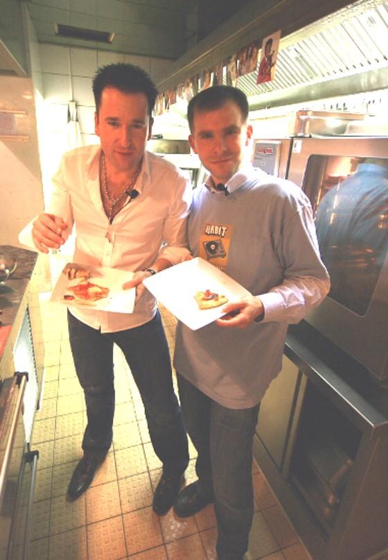 Schlager und Disco Star Michael Wendler kocht mit Moderator Philipp Beisteiner Pizza Hawaii - Schlagerstar Discofox