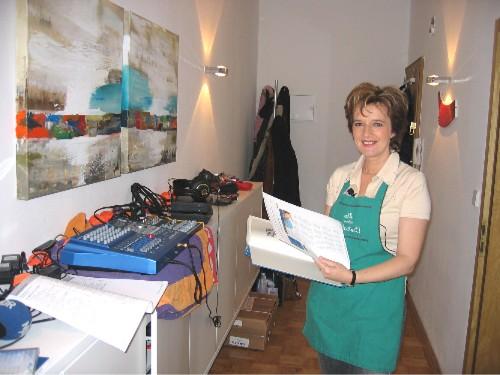 Schlager und Volksmusik Star Monika Martin mit Kochbuch bei der Tontechnik